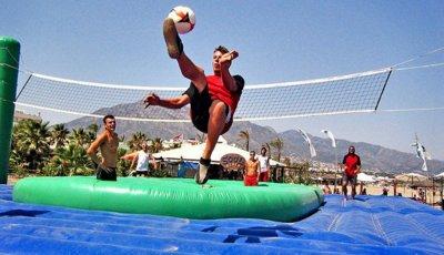 Operación bikini: apúntate al bossaball para divertirte y ejercitarte en la playa