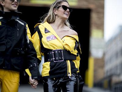 La calle nos demuestra que no cree en supersticiones y elige el color amarillo para vestir sus looks más deseados