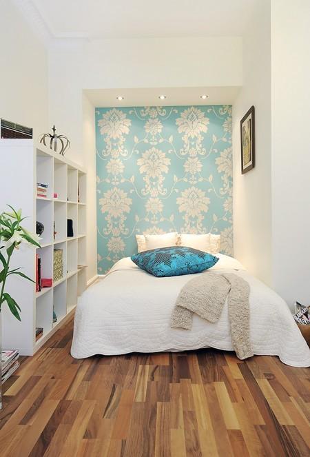Puertas abiertas: un dormitorio femenino y pequeño