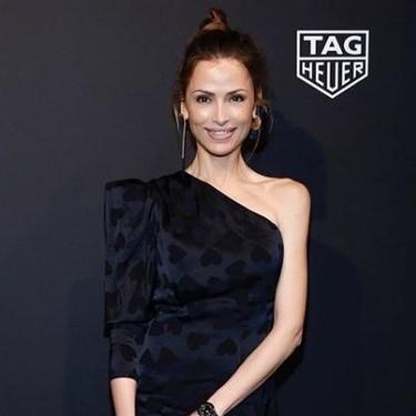 Almudena Fernández luce el vestido negro de Dolores Promesas que vamos a querer tener cuando podamos salir a un evento