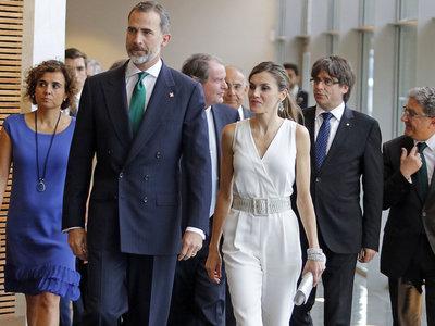 Doña Letizia se decanta por el blanco y Massimo Dutti para entregar los Premios Fundación Princesa de Girona