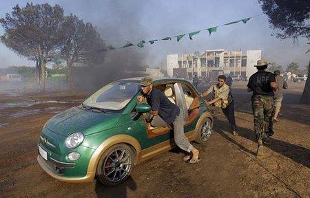 Los rebeldes se hacen con el Fiat 500 eléctrico de Gadafi