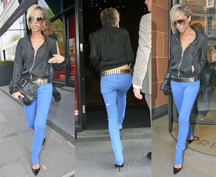Victoria Beckham se apunta a la moda de los vaqueros de colores