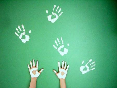 Una buena idea: decorar las paredes con la manos pintadas de los niños