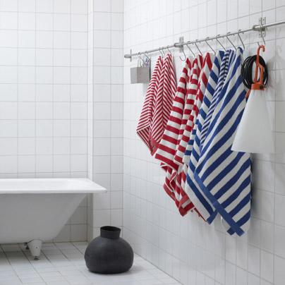 una buena idea colgar las toallas de ganchos
