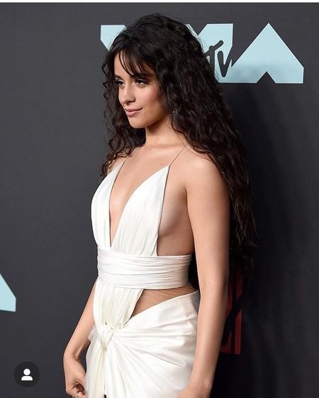 Camila Cabello luce uno de los looks más sexys de la noche en la alfombra roja de los MTV VMAs 2019