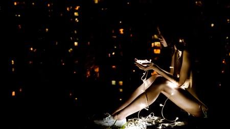 """Los jóvenes dedican un tercio de su tiempo libre a """"usar dispositivos electrónicos"""" y, además, están cada vez más solos"""