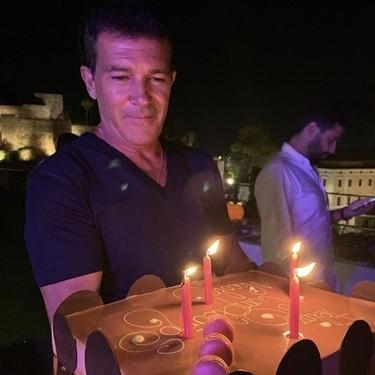 Antonio Banderas celebra su 60 cumpleaños positivo (en coronavirus)