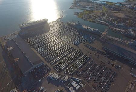 Estos son 4.000 Tesla Model 3 esperando en el puerto de San Francisco para 'invadir' Europa
