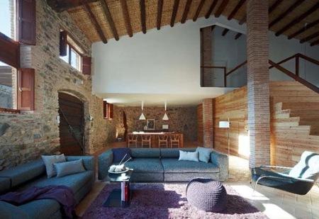 Mezcla de estilos rústico y moderno en una vivienda con bodega en Cataluña