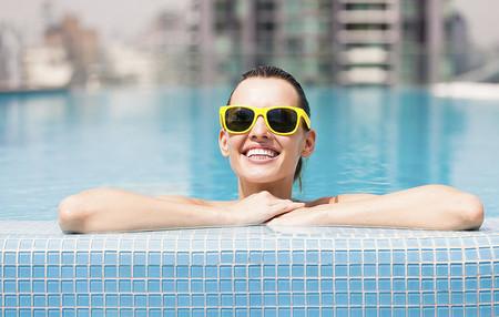 Chica feliz por lo cómoda que es el agua micelar