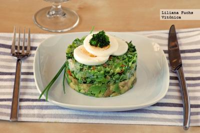Tartar templado de verduras con aguacate y huevo. Receta saludable