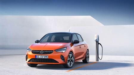 Opel Corsa-e aparca y carga