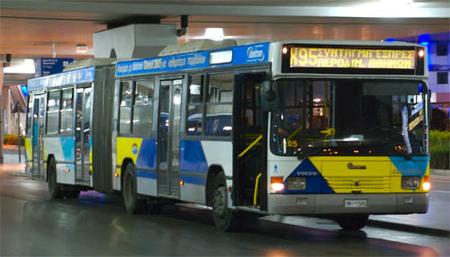 Autobús saliendo del aeropuerto de Atenas