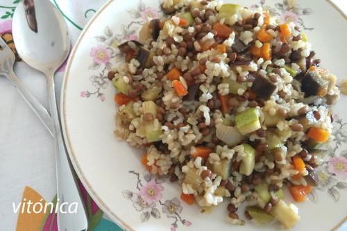 Salteado de arroz integral, lentejas y vegetales: receta vegana saludable