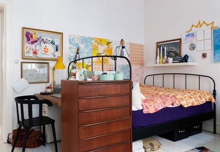 Una buena idea: aislar el escritorio en el dormitorio con una cómoda de cajones