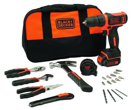 Por 45,06 euros podemos hacernos con este taladro Black & Decker que viene con herramientas, puntas y brocas adicionales