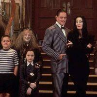 'La familia Addams' vuelve a la televisión con Tim Burton:  en marcha una nueva serie en acción real de los creadores de 'Smallville'