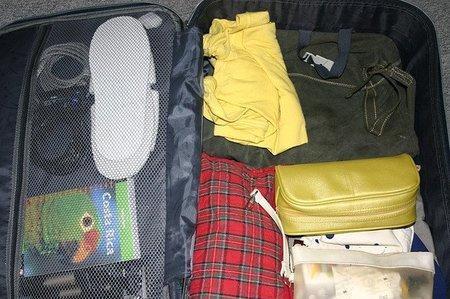 Preparativos de un viaje de negocios, objetivo rápido y compacto