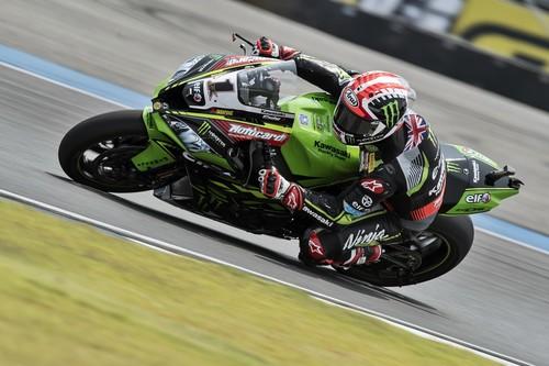 Jonathan Rea recupera la senda de la victoria en Tailandia con un enorme Xavi Forés en segunda plaza