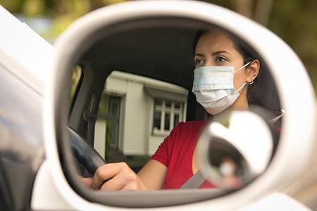 No, el retrovisor del coche no es un buen perchero para la mascarilla, y de hecho hasta te podría costar una multa