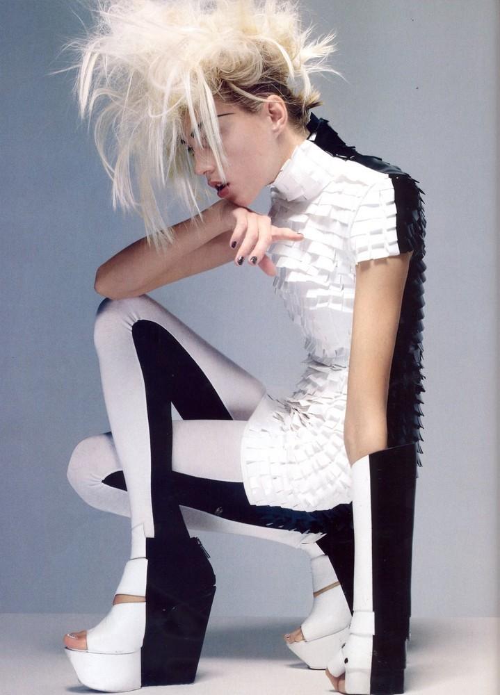 Foto de Vogue UK adelanta la tendencia blanco y negro con Anja Rubik (4/11)