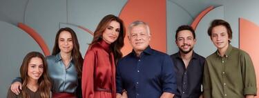 La reina Rania de Jordania es la gran protagonista de la felicitación navideña en la que posa junto a su familia