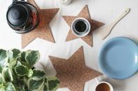 DIY sencillo y navideño, posavasos de corcho con forma de estrella