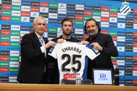 El Espanyol presentando a Embarba en enero de 2020 mostrando su camiseta con el logo de InnJoo.