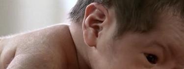 Si lo colocas sobre tu abdomen tras el parto, el bebé reptará instintivamente hasta tu pecho