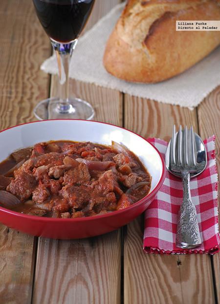 Estofado de cerdo y cebolla roja al vino tinto y chocolate: receta para inundar de aromas la cocina