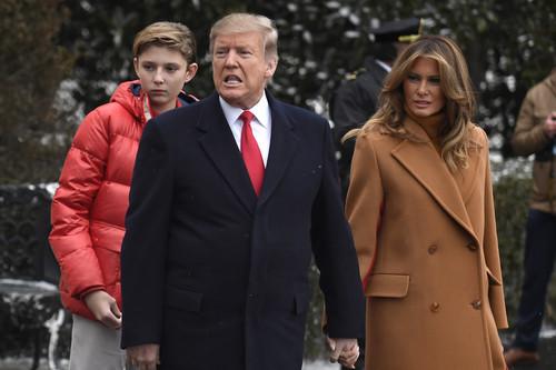 Melania Trump demuestra que el color caramelo se lleva a la perfección con el rojo (y tenemos las pruebas)