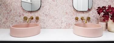 Los lavabos sobre encimera y los lavabos de colores son los más deseados y vanguardistas en este momento para el cuarto de baño (y si son rosas mejor)
