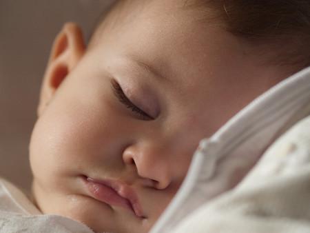 La leche materna reduce los cólicos y ayuda a los bebés a dormir mejor