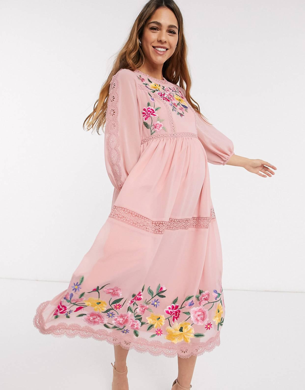 Vestido midi skater con bordados, ribetes de encaje y mangas abullonadas en rosa empolvado de ASOS DESIGN Maternity