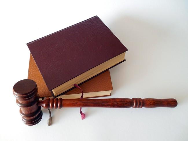 Un estudio asegura que una inteligencia artificial revisa contratos con mayor precisión que abogados humanos