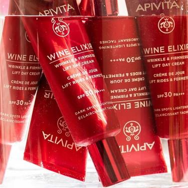 Apivita ha lanzado una versión de su crema antiarrugas Wine Elixir con SPF30 ideal para verano y está rebajada en El Corte Inglés