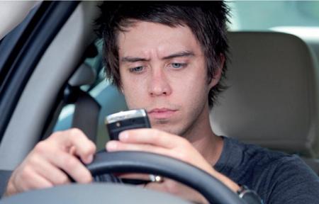 Manejando el móvil al volante