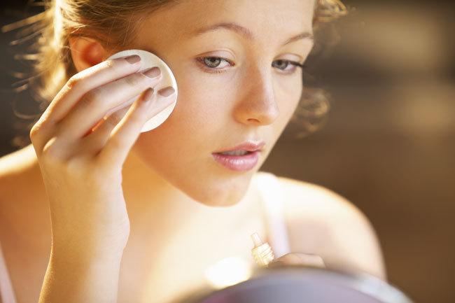 Aplica los cosmeticos a diario