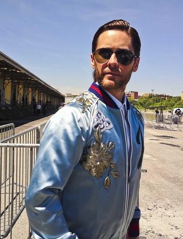Jared Leto en el front row de Gucci con un llamativo total look de la firma