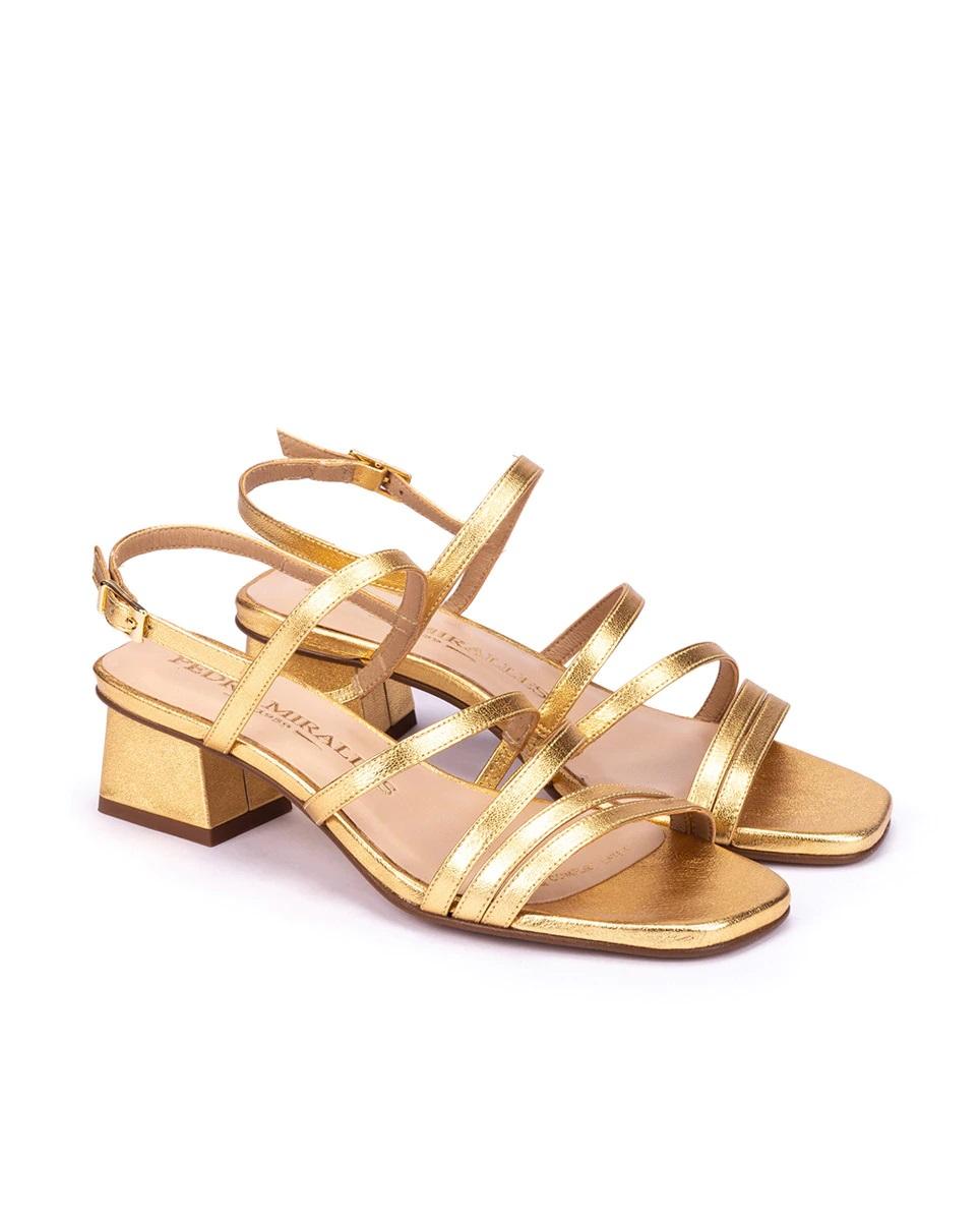 Sandalias doradas de tiras con tacón grueso de Pedro Miralles