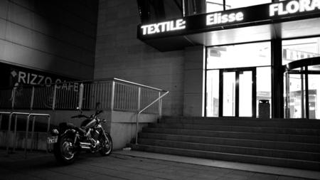 La nueva moda mundial, al centro comercial en moto