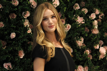 Rosie Huntington-Whiteley entre flores y lencería de Marks & Spencer