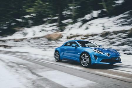 El Alpine A110 va como pez en el agua en carretera de montaña (y suena como un depredador)