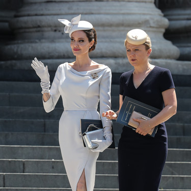 Angelina Jolie luce su look más 'royal'