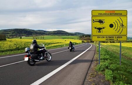 La DGT estrena nueva señalización y controles para motoristas en 100 puntos negros: esta es la lista de los tramos más vigilados