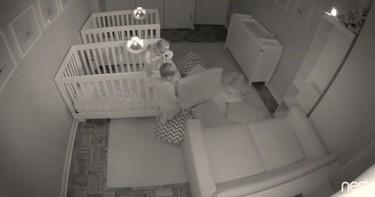 ¿Dormir? No, gracias: una cámara registró la divertida fiesta nocturna de unos gemelos