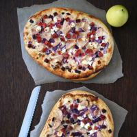Flammkuchen de crème fraîche con cebolla morada, queso de cabra y pera. Receta de la pizza alemana