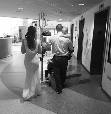Unos padres celebran su boda en el hospital donde permanece ingresado su hijo con cáncer