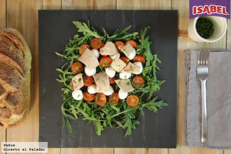 Ensalada caprese de tomates cherry con rúcula, mozzarella y atún Isabel [videoreceta]
